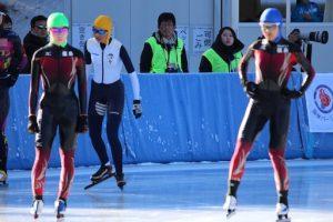 スケート: 秋山選手と安田選手の写真